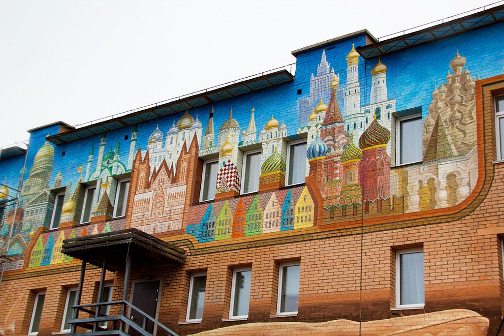 Un vestige de façade soviet à Barentsburg © Marcela Cardenas / Nordnorge.com