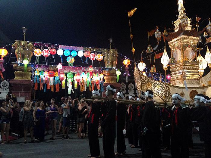 Défilé de Loy Krathong devant un temple