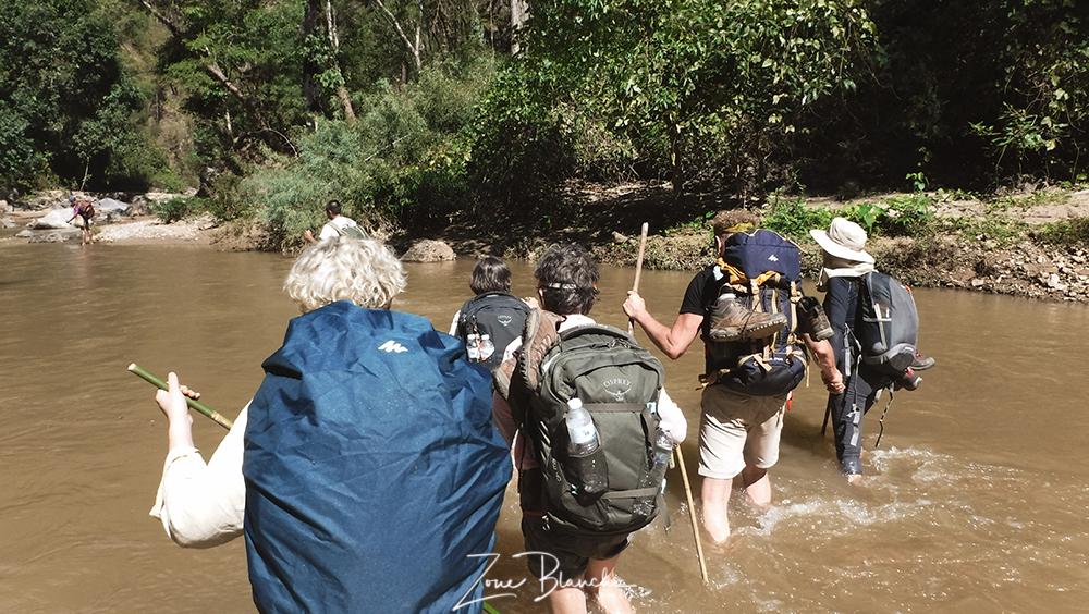 Traversée d'une rivière pendant un trek en Thaïlande