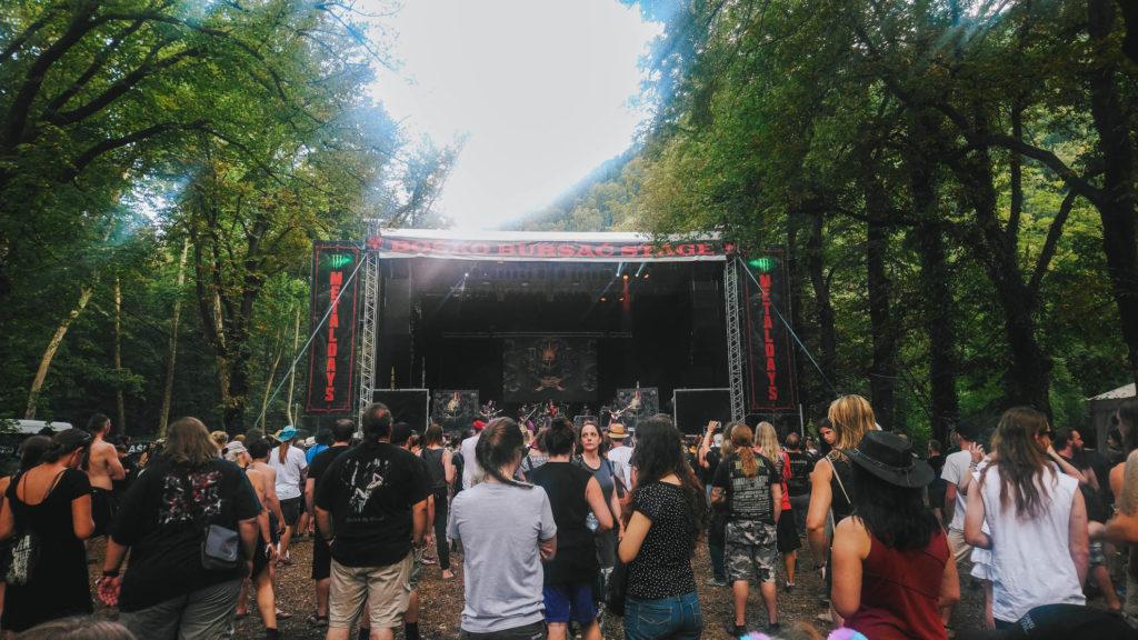 Scène dans la forêt du Metaldays