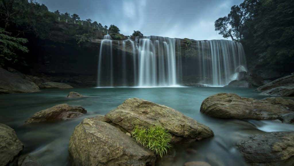 Les cascades de Krangsuri. @ Crédit photo : Amit / Adobe Stock