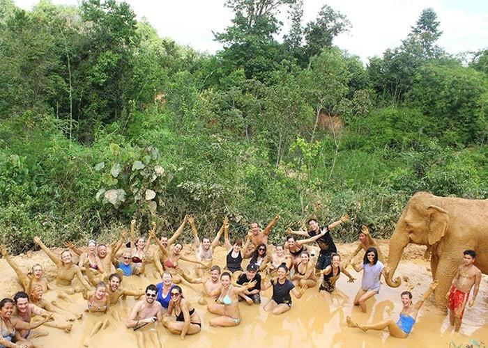 Le fameux bain de boue avec les éléphants !