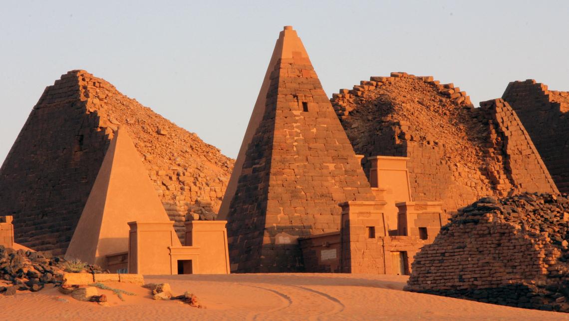 Plusieurs pyramides à Méroé, Soudan