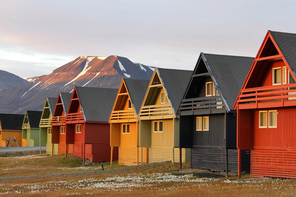 Les jolies maisons colorées typiques de Longyearbyen. © Frank Andreassen / Nordnorge.com