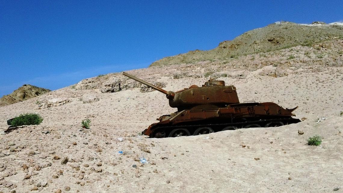Tank russe dans le désert de Socotra