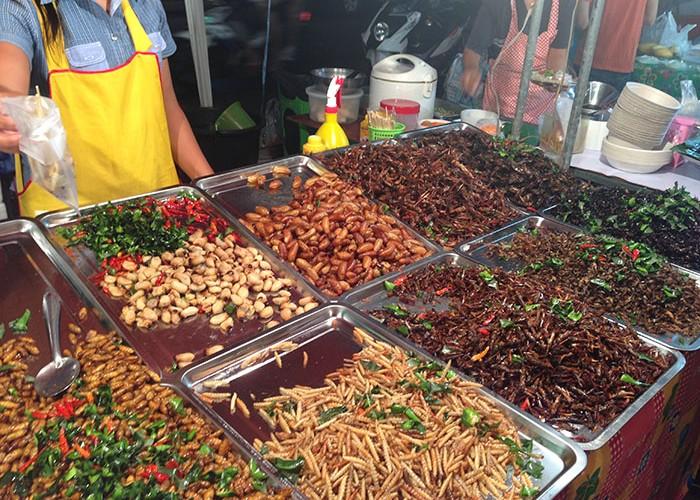 Un stand d'insectes grillés