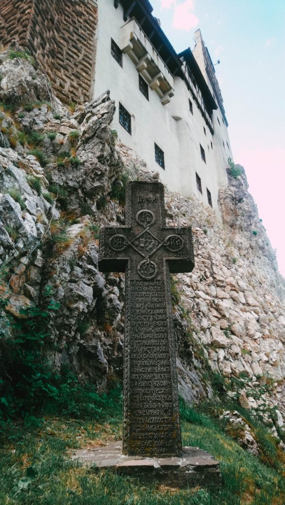 Une croix devant le château de Bran, Roumanie