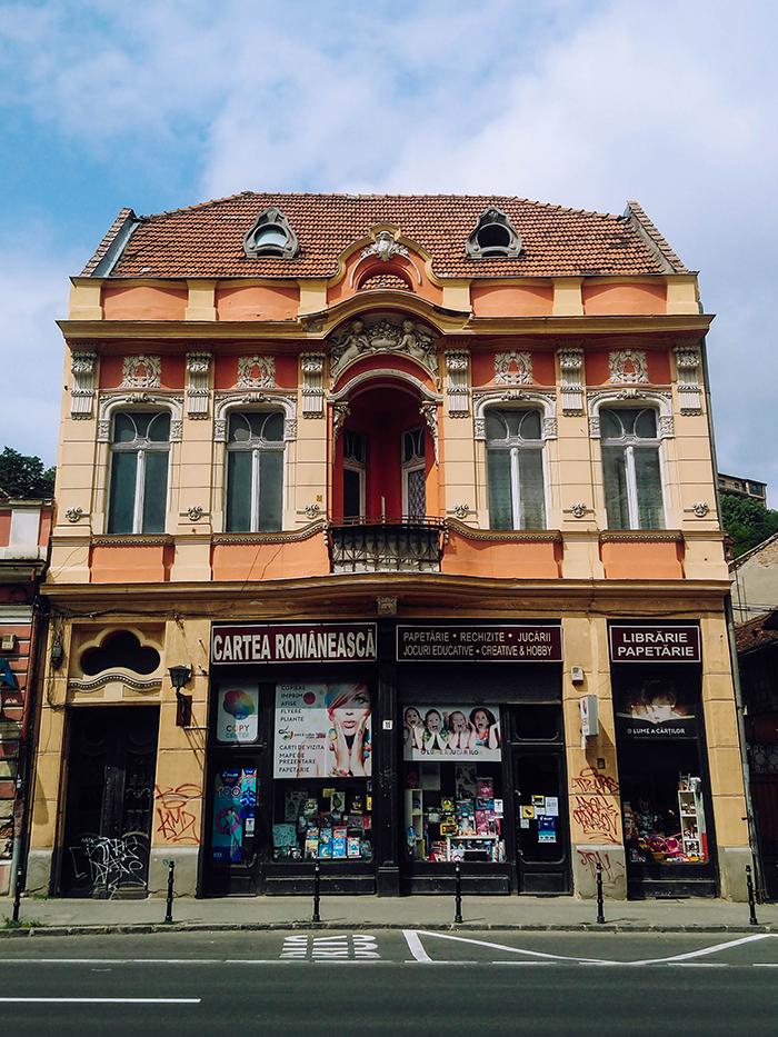 Un bâtiment haut en couleur