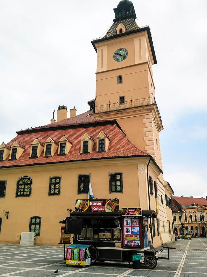 Stand de street food devant la mairie de Brasov.