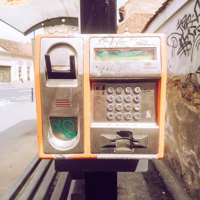 Un vieux téléphone de rue