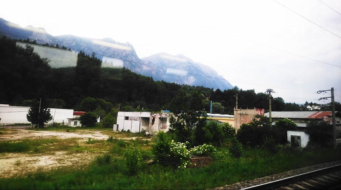 Vue sur les Carpates depuis le train