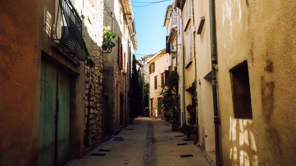 Une ruelle dans le centre historique de Buis-les Baronnies