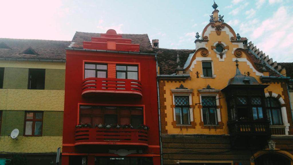 Enfilade de façades colorées dans les rues de Sighi